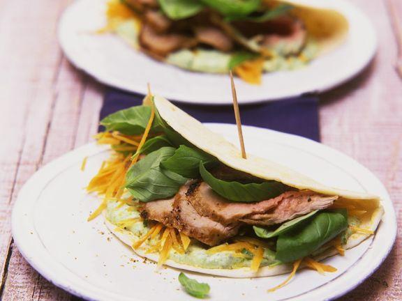 Gefüllte Tortillas mit Basilikumcreme und Filet vom Schwein