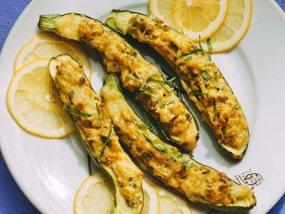 Gefüllte Zucchini mit Avocado und Käse