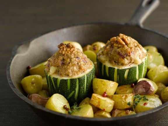 Gefüllte Zucchini mit Walnüssen und gebratenen Kartoffeln