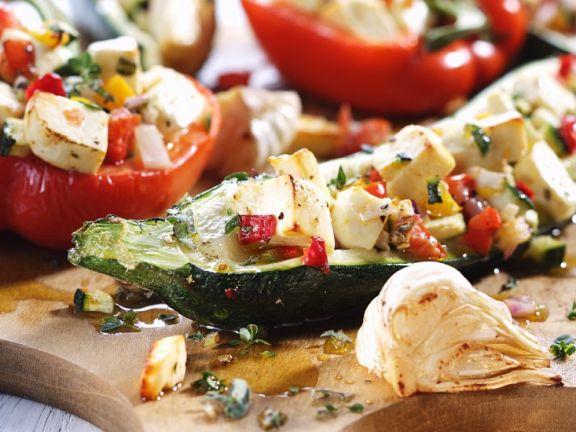 Gefüllte Zucchini- und Paprikaschiffchen