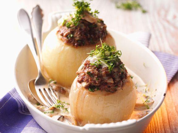Gefüllte Zwiebeln mit Champignon-Sahne-Sauce