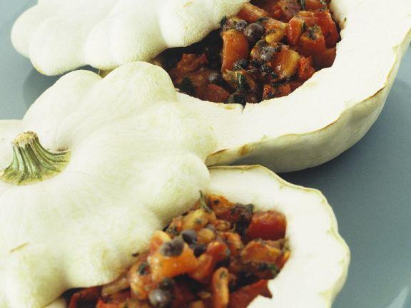 Gefüllter Kürbis mit Tomaten Oliven und Kapern