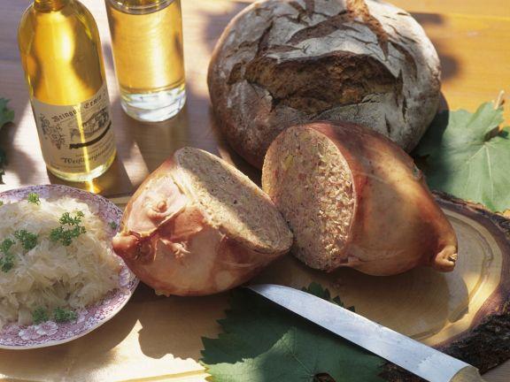 Gefüllter Schweinemagen mit Sauerkraut
