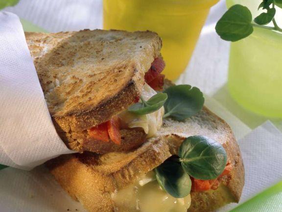 Gefüllter Toast mit Käse und Paprika