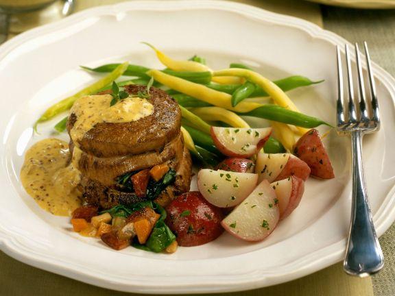 Gefülltes Filet vom Rind mit Senfsoße, Bohnen und roten Kartoffeln