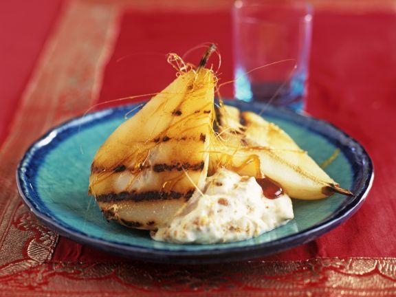 Gegrillte Birnen mit Biskuit-Joghurt und Karamellfäden