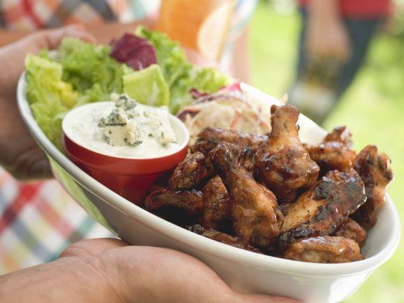Gegrillte Chicken Wings mit grünem Salat