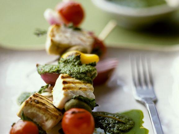 Gegrillte Fischspieße mit Pesto