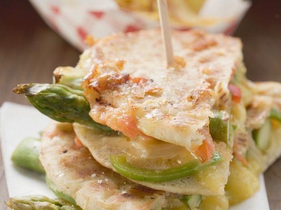 Gegrillte Fladenbrote mit Spargel und Käse dazu Pommes frites