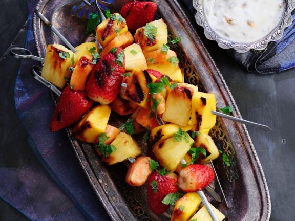 Gegrillte Fruchtspieße mit Sauce