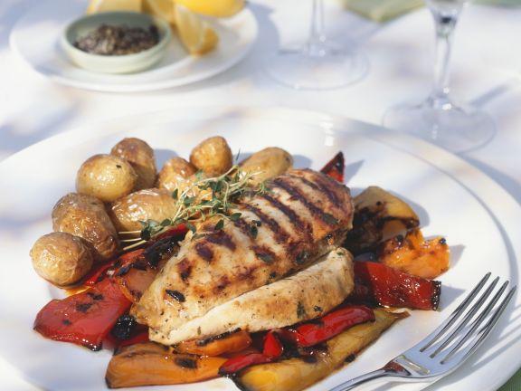 Gegrillte Hähnchenbrust mit Kartoffeln und marinierten Paprika