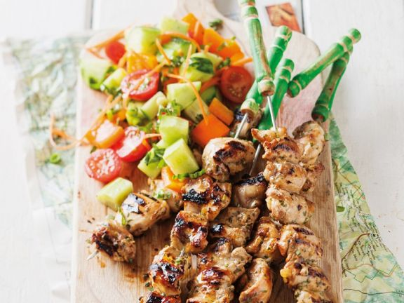 Gegrillte Hähnchenspieße mit Salat