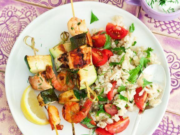 Gegrillte Lachsspieße mit Reis-Tomatensalat