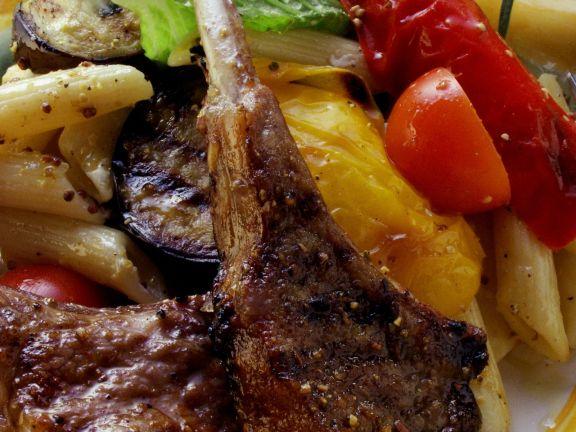 Gegrillte Lammchops mit Nudeln und Gemüse