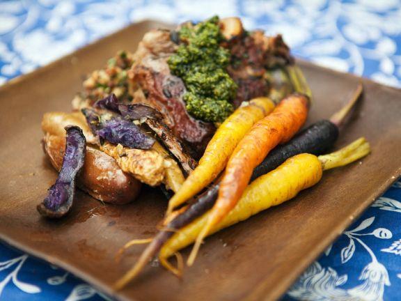 Gegrillte Lammkoteletts mit gebackenem Gemüse und Minzpesto