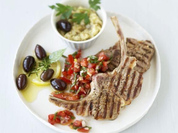 Gegrillte Lammkoteletts mit Tomaten und Oliven