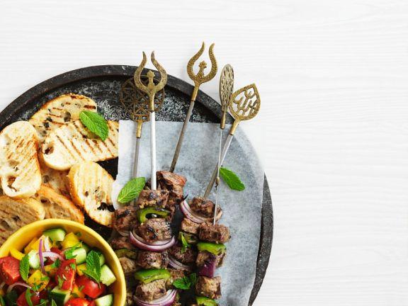 Gegrillte Lammspieße mit Salat