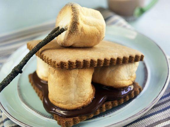 Gegrillte Marshmallows mit Schokolade im Cracker