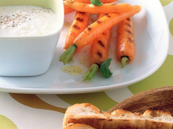 Gegrillte Möhren mit Joghurt-Creme-Dipp