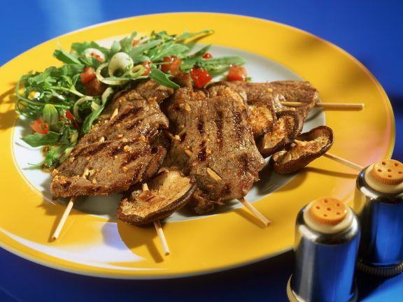Gegrillte Rindfleisch- und Pilzspieße mit Salat