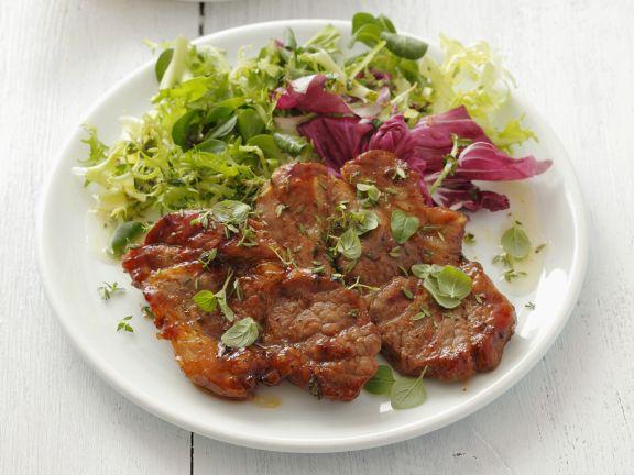 Gegrillte Schweinefleisch mit buntem Salat