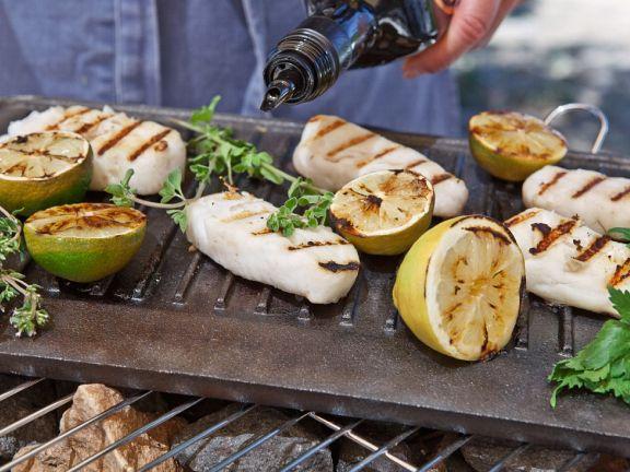 Gegrillter Kabeljau mit Limetten und Zitronen