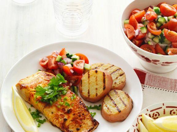 Gegrillter Lachs mit Kartoffeln und Tomatensalat