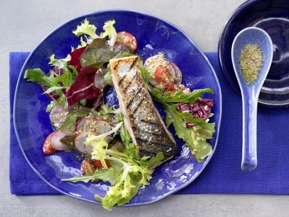 Gegrillter Lachs auf Salat
