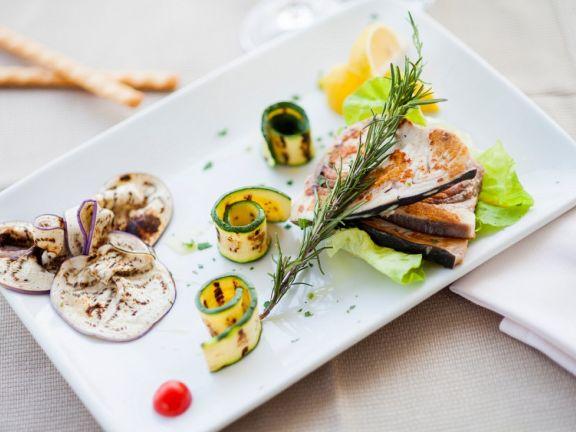 Gegrillter Schwertfisch mit Gemüse