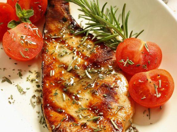 Gegrillter Schwertfisch mit Tomaten