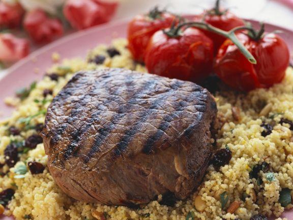 Gegrilltes Filet und Couscous mit Pinienkernen und Sultaninen