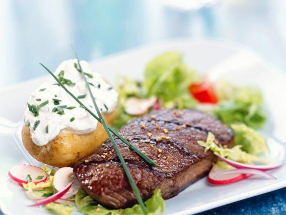 Gegrilltes Fleisch mit Sourcreamkartoffel auf Salat