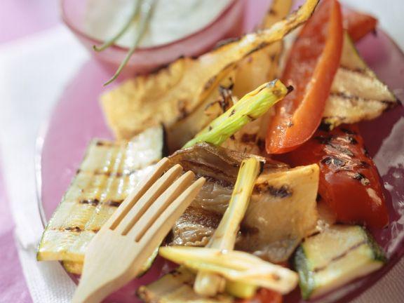 Gegrilltes Gemüse mit Joghurt-Kräuter-Dip