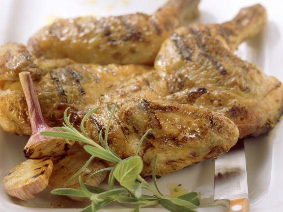 Gegrilltes Hähnchen mit Knoblauch und Kräutern