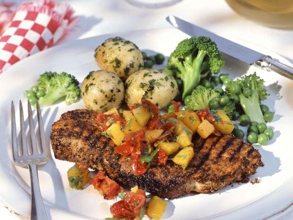 Gegrilltes Kotelett mit Gemüse und Paprika-Tomaten-Salsa