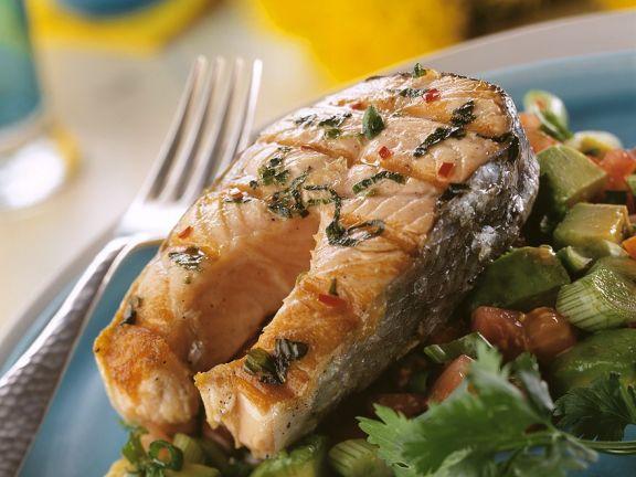 Gegrilltes Lachskotelett mit Gemüse