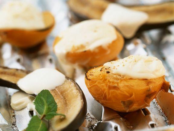 Gegrilltes Obst mit Crème fraîche