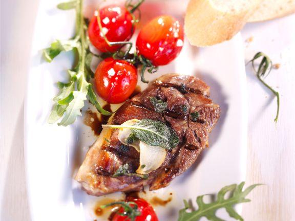 Gegrilltes Salbeilamm mit marinierten Tomaten