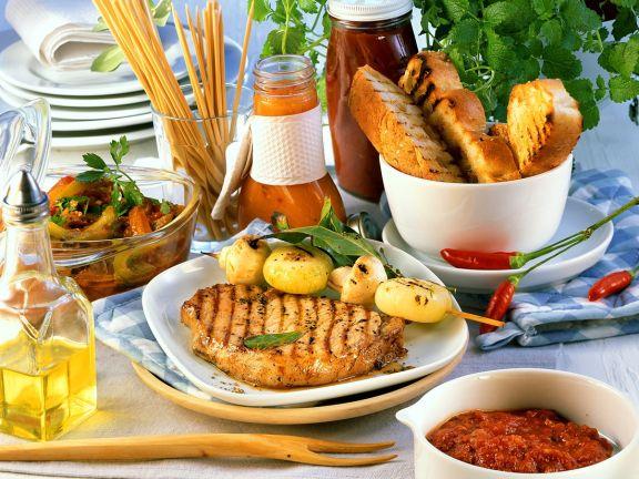 Gegrilltes Schweinefleisch mit Gemüse und Saucen
