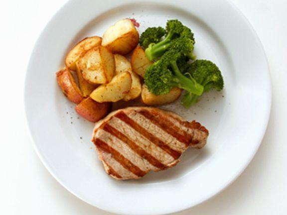 Gegrilltes Schweinesteak mit Gemüse
