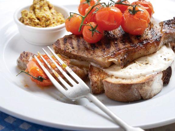 Gegrilltes Steak mit Käse auf Röstbrot