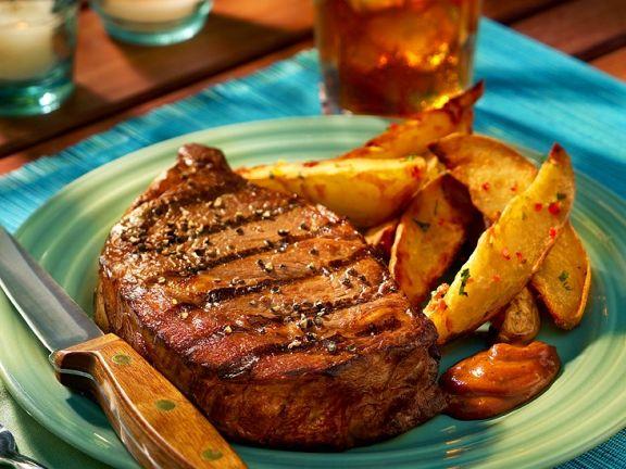 Gegrilltes Steak mit Potato Wedges