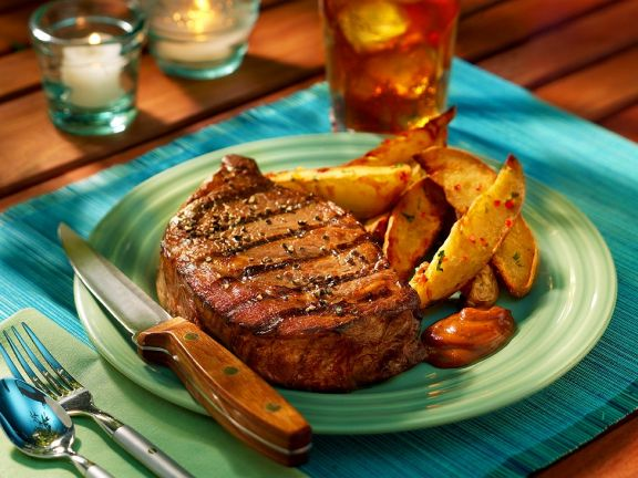 Gegrilltes Steak mit Potato Wedges