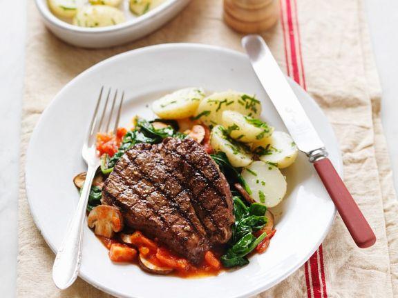 Gegrilltes Steak mit Spinat-Pilz-Gemüse