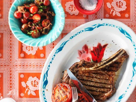 Gegrilltes Steak mit Tomaten