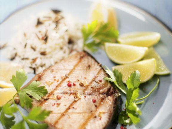 Gegrilltes Thunfischsteak mit Reis und Limette