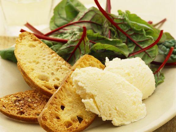 geiester Camenbert mit Röstbrot und Mangoldsalat