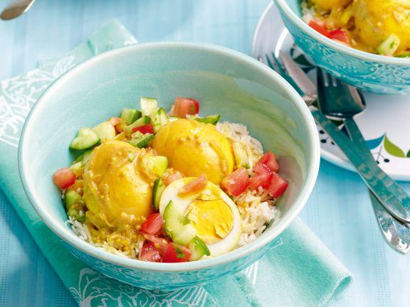 Gekochte Eier mit Curry-Kokos-Sauce auf Reis