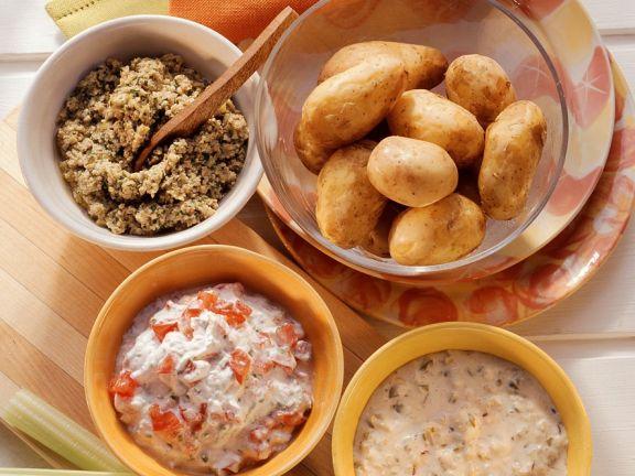 Gekochte Kartoffeln mit dreierlei Saucen