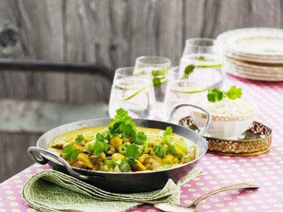 Gelbes Curry mit Hähnchen, Kichererbsen und Koriander